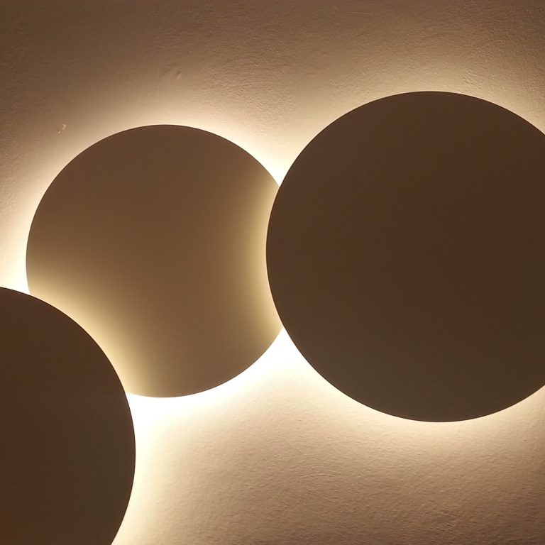 6. interiorisme_retail_clinica dental_mobiliari_fusteria_il.luminació_puck wall art_vibia