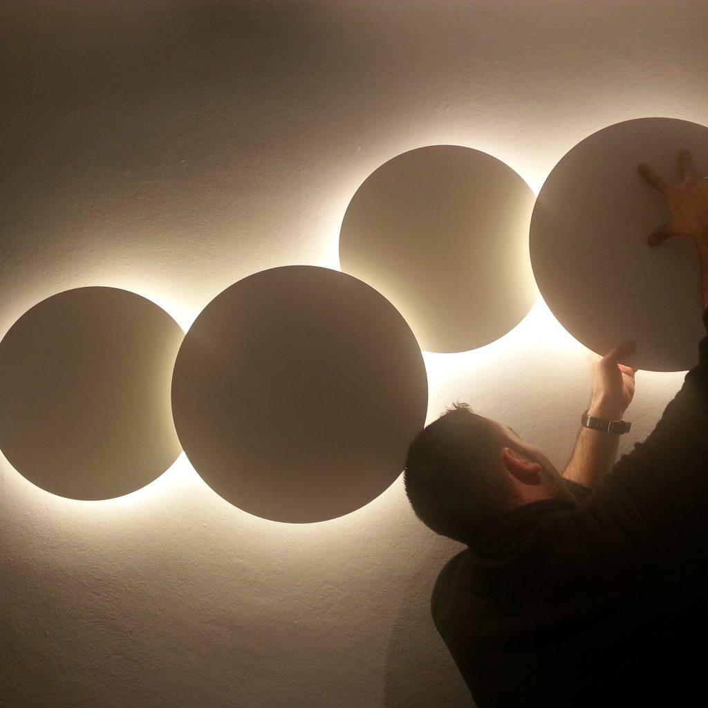 10. iluminación_puck wall art_vibia_producto_clinica dental