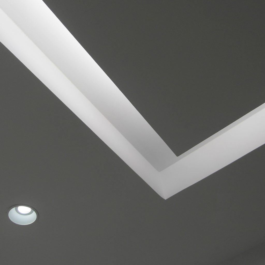 8. iluminación_foseado techo_ perfil integrado_producto_traddel_clinica dental