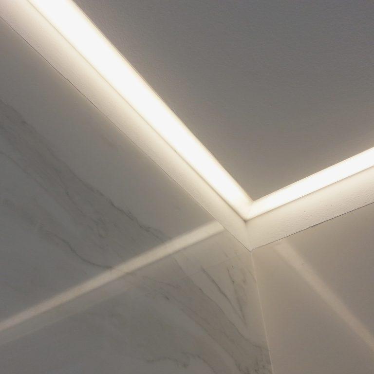 12. interiorisme_bany_ceràmica_ neolith_il.luminació integrada